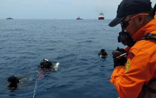 Водолазы возобновили поиски разбившегося самолета в Индонезии