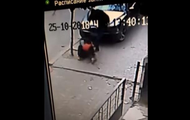 У Чернівцях поліцейський побив чоловіка