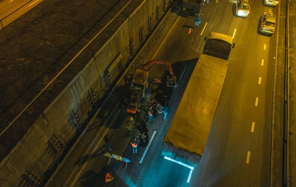 У Києві на Південному мосту автомобіль врізався в трактор і перекинувся