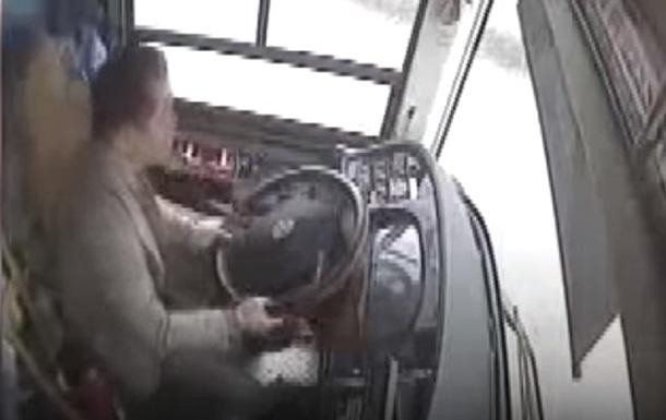 В Китае из-за конфликта автобус рухнул в реку