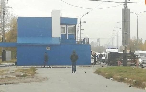 На выезде из Киева авто влетело в дорожную станцию полиции