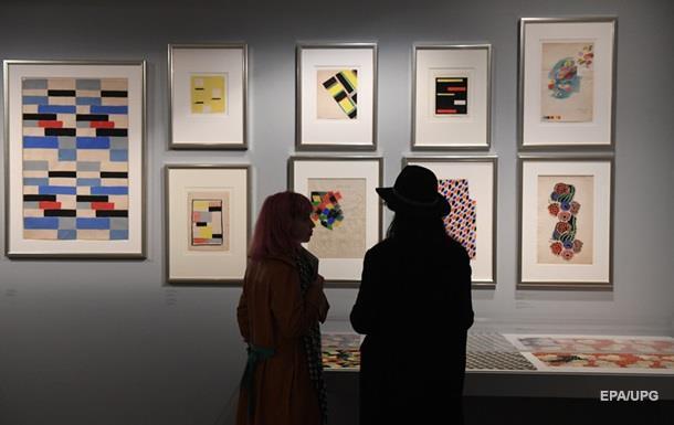Посетительницы галереи повредили шедевры, делая фото