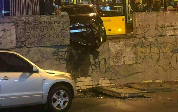 Потрійна ДТП в Києві заблокувала Шулявський міст