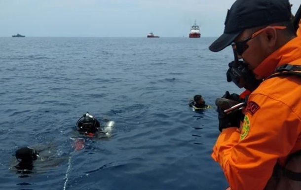 Аварія Boeing в Індонезії: на сушу піднято 105 тіл