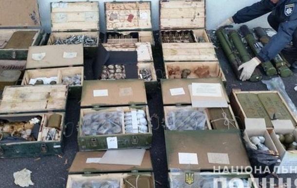 На Луганщині правоохоронці виявили дві великі схованки зі зброєю та боєприпасами