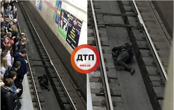 У Києві чоловік заснув між рейками в метро
