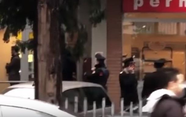 Захвативший заложников итальянец сдался полиции