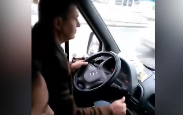 Водій маршрутки в Кривому Розі грав на планшеті під час їзди