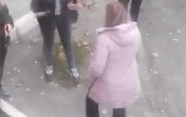 У Дніпрі школярку побили і змусили стати на коліна