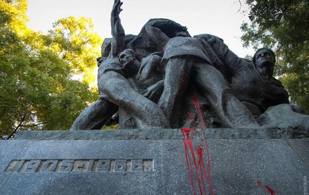 В Одессе разрисовали памятник Потемкинцам