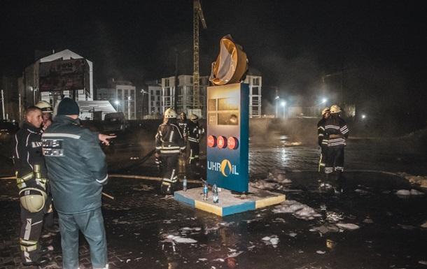 Под Киевом горела АЗС: горящее топливо текло по дороге