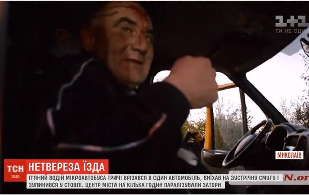 В Николаеве маршрутка трижды врезалась в авто и остановилась о столб