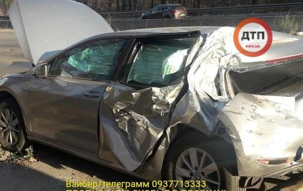 У Києві вантажівка протаранила автомобіль нардепа