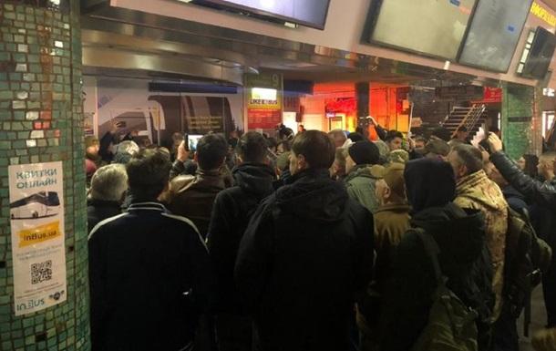 На автовокзале Киева радикалы С14 устроили акцию против перевозчиков