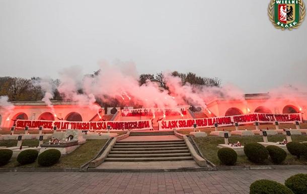 Польські ультрас палили фаєри на цвинтарі Львова