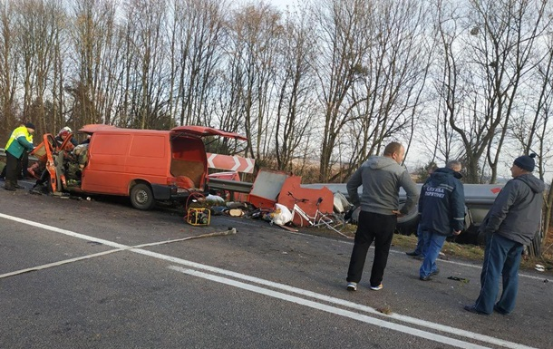 In the Rivne area, the minibus flew to the fuel lorry