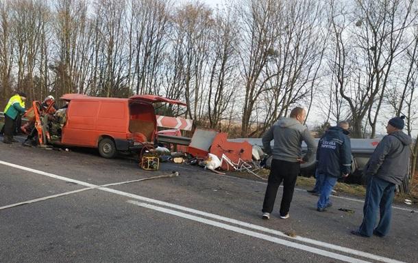 На Рівненщині мікроавтобус влетів у бензовоз