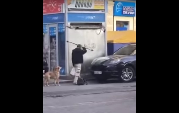 В Днепре мужчина громил припаркованные автомобили