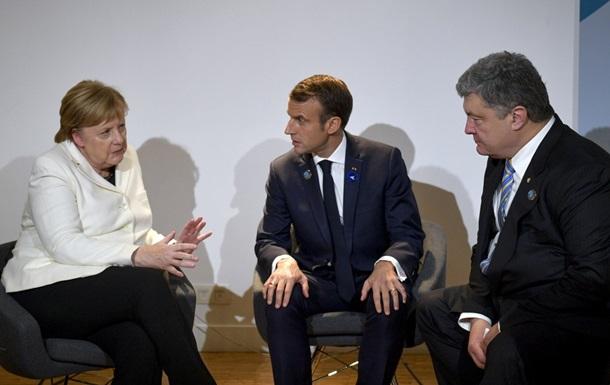 Порошенко в Парижі обговорив звільнення українців