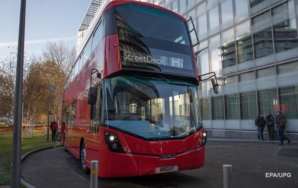У Лондоні двоповерховий автобус в їхав у зупинку