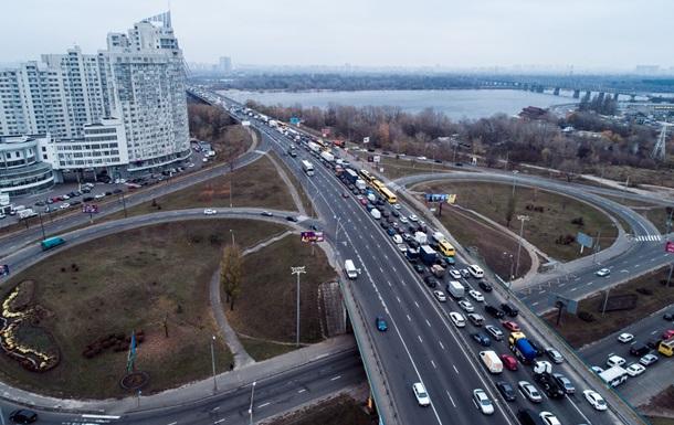 В Киеве на Северном мосту пробка из-за аварии