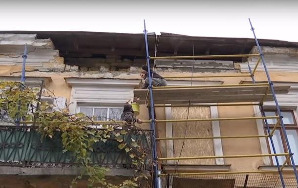 В Одессе упавший с фасада дома камень травмировал прохожего
