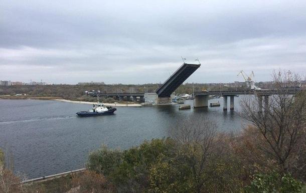 В Николаеве развели мосты для прохода буксира