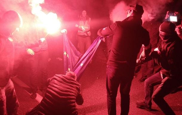 Полиция Варшавы ищет причастных к сожжению флага ЕС