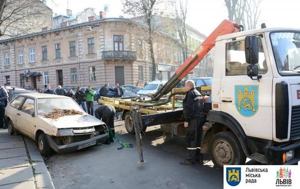Во Львове начали эвакуацию автомобилей, которые блокируют движение
