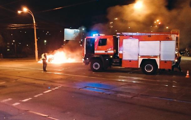 У Києві дотла згоріло авто