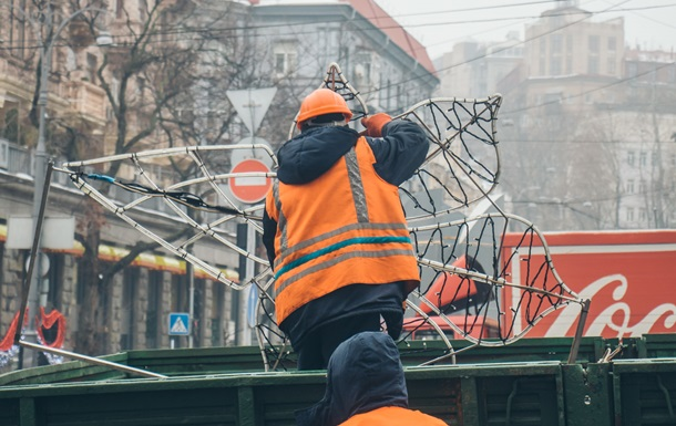 У Києві Хрещатик почали готувати до Нового року