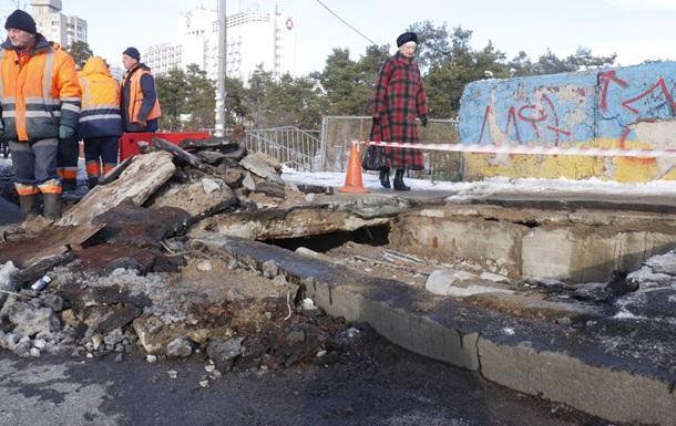 У Києві біля метро Дарниця провалився міст