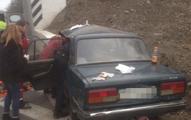 В Винницкой области ВАЗ врезался в мост: трое погибших