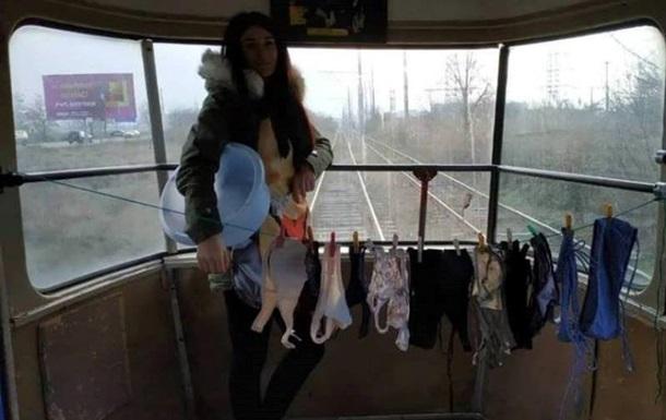 Одеситка на знак протесту сушила білизну в трамваї