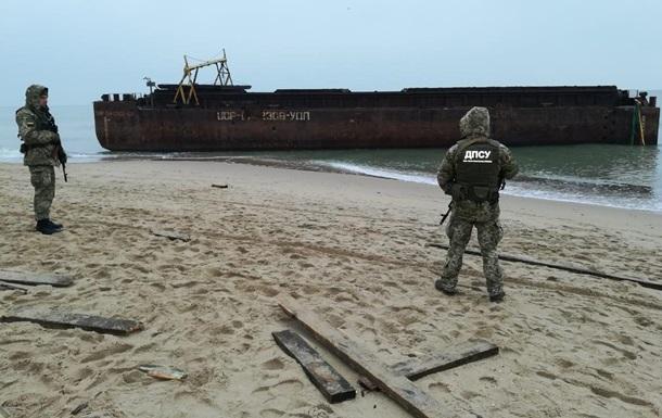 Пограничники взяли под охрану баржу с грузом сигарет под Одессой