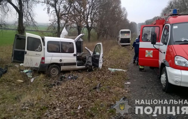 Во Львовской области столкнулись легковушка и автобус: есть жертва