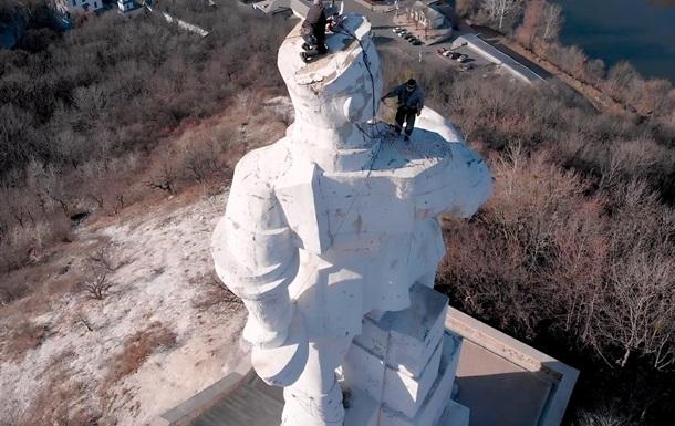 Гройсман доручив розібратися з пам ятником Артему в Донецькій області