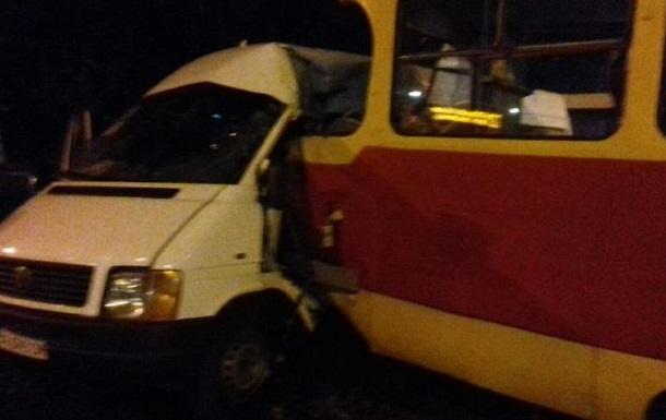 В Запорожье трамвай протаранил маршрутку, пять пострадавших