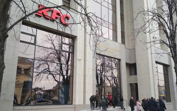 Активисты пытаются блокировать работу KFC в Доме профсоюзов