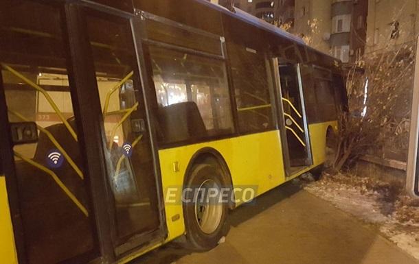 В Киеве троллейбус с пассажирами слетел с дороги