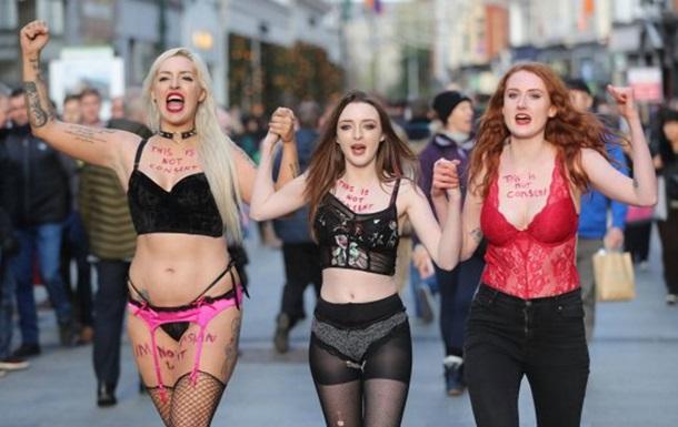 Ирландки вышли на протест в кружевном белье