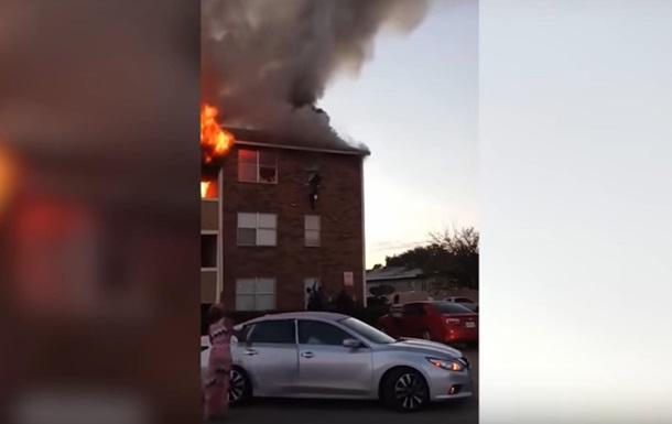 У США перехожий зловив дитину, кинуту з палаючого будинку