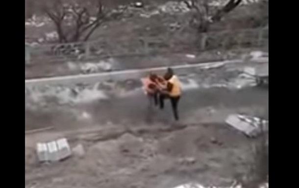 В Киеве коммунальщики устроили драку посреди улицы
