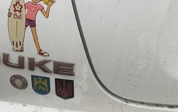 У Польщі відкрили справу через наклейку з тризубом на авто українця
