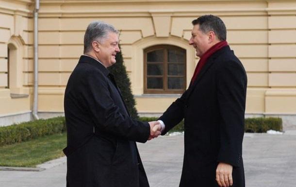 Порошенко вручив президенту Латвії вищу держнагороду України