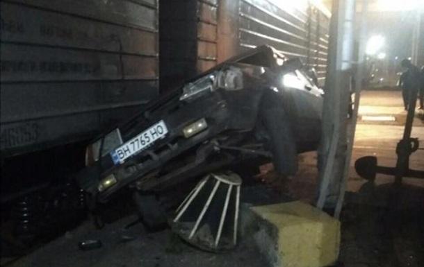 У порту Одеської області легковик врізався у вантажний потяг