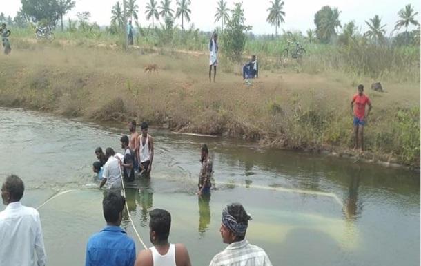 В Індії 30 людей потонуло після падіння автобуса в канал