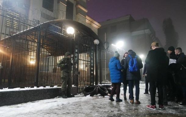 Під посольство РФ в Києві принесли шини