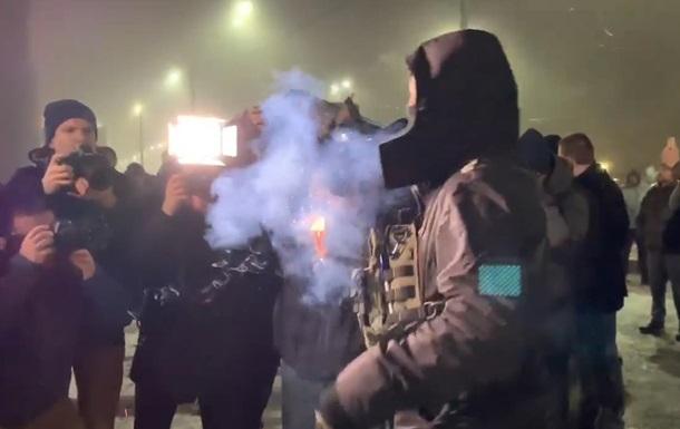Під посольством РФ у Києві запалили фаєри