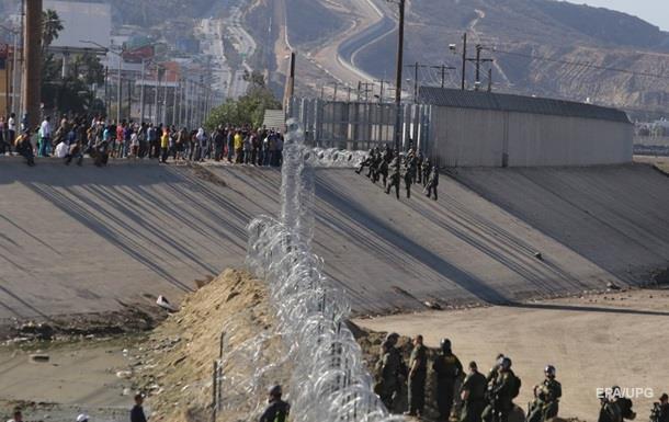В Мексике мигранты штурмовали границу США